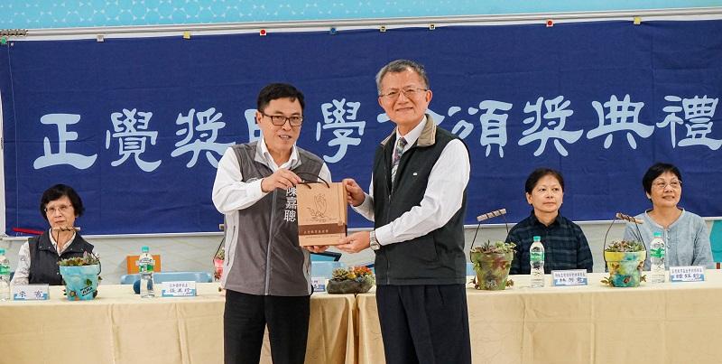 陳董事長致贈基金會出版的書籍予陳區長