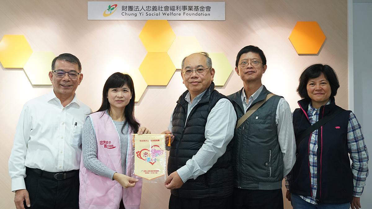 忠義育幼院謝曉琪組長回贈感謝狀給正覺教育基金會程正賢執行長