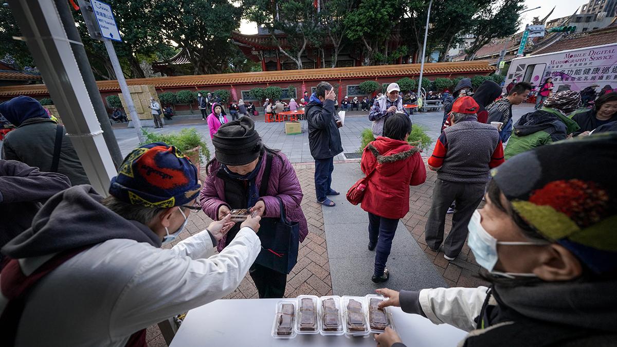 現場提供芋頭米粉湯、麵線及香滷豆乾